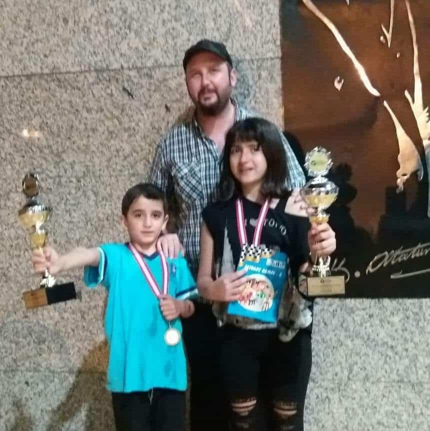 Ulusal Egemenlik ve Çocuk Bayramı Satranç Turnuvası'nda kupa kazanan 1. ile eşpuanlı 3. Beril Duman ve  2. ile eşpuanlı 3. Teoman Ak öğrencilerimizi ve antrenörleri FA Onur Alacaba'yı kutluyor, başarılarının devamını diliyoruz.