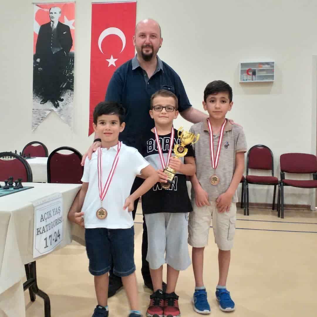 Satranç Merkezi'nde düzenlenen Satranç Turnuvası'nda namağlup kupa kazanan 1. Mustafaalp Güçtümer ve 2. ile eşpuanlı 5. Mehmetalp Soysal öğrencilerimizi ve antrenörleri FA Onur Alacaba'yı kutluyor, başarılarının devamını diliyoruz.