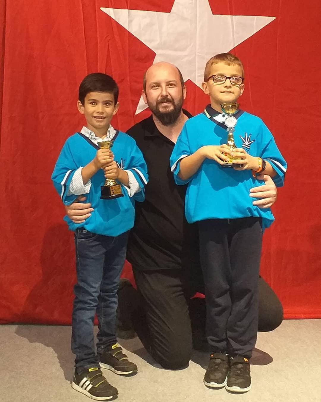 Cumhuriyet Bayramı Satranç Turnuvası'nda kupa kazanan 2. Mustafaalp Güçtümer ve 3. Mehmetalp Soysal öğrencilerimizi ve antrenörleri FA Onur Alacaba'yı kutluyor, başarılarının devamını diliyoruz.
